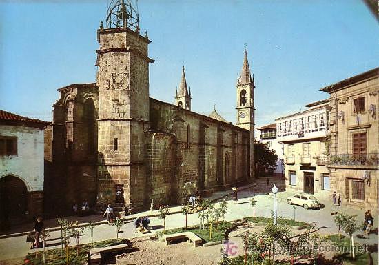 Imagen de la iglesia de Santiago y de la Torre municipal en 1964. Por Arribas