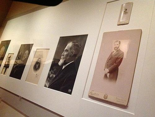 """Sala de """"Joyas bibliográficas"""" (sala 6). Exposición """"Itinerario y memoria de José Lázaro. Editor, coleccionista, bibliófilo"""". La imagen de José Lázaro"""