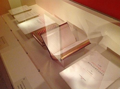 """Vitrina de la exposición """"Itinerario y memoria de José Lázaro. Editor, coleccionista, bibliófilo"""" dedicada a su faceta como bibliógrafo"""