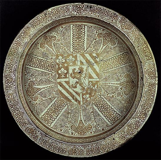 Plato con las armas de Felipe III el Bueno, duque de Borgoña. Cerámica de reflejo metálico. Manises, c. 1450. Museo Lázaro Galdiano, Madrid