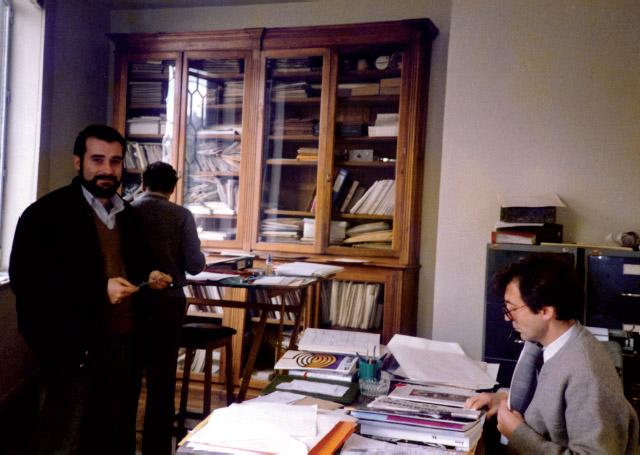 Carlos Saguar Quer y Juan Carrete Parrondo en el despacho de la Secretaría de Goya, abril de 1986. Junto al primero, de espaldas, el pintor Isidro Santos Molero, confeccionador de la revista. (Foto: Bonifacio Escalona Mora, administrador de Goya).