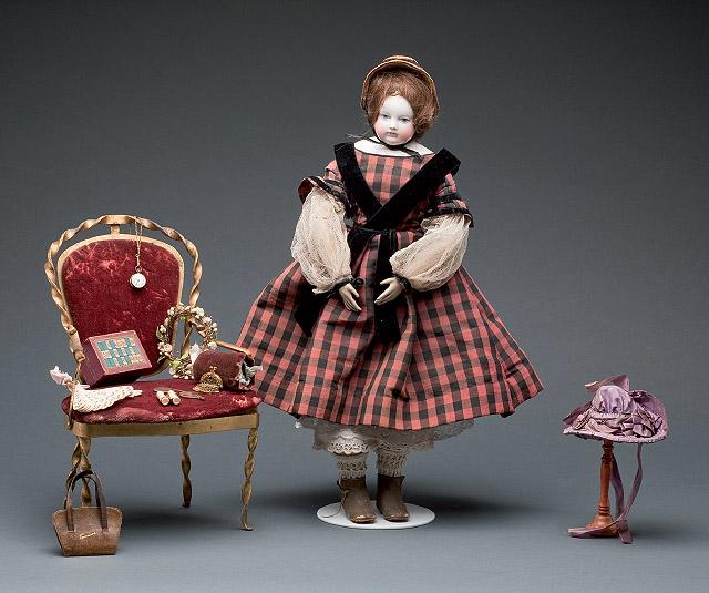 ADELAÏDE HURET: Muñeca y complementos, 1852-1855. © RPRibière, Musée du Jouet, Ville de Poissy