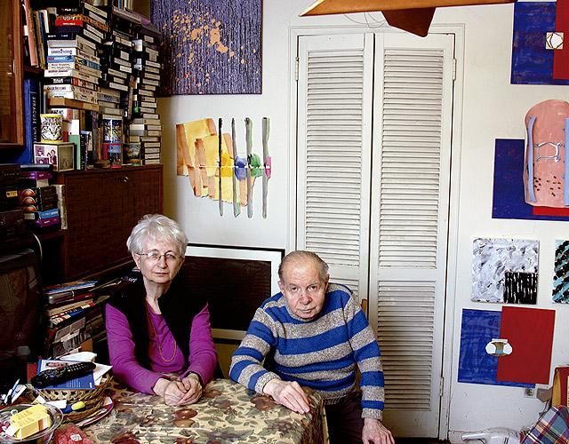 Herb y Dorothy en el salón cuyas paredes están dedicadas a las piezas de Richard Tuttle. Cortesía de Megumi Sasaki. © Herb & Dorothy/Arthouse/Cinedigm.