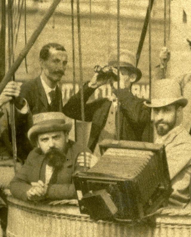 Antoni Esplugas (izqda.) en el globo cautivo, detalle, 1888. Arxiu Fotogràfic de Barcelona