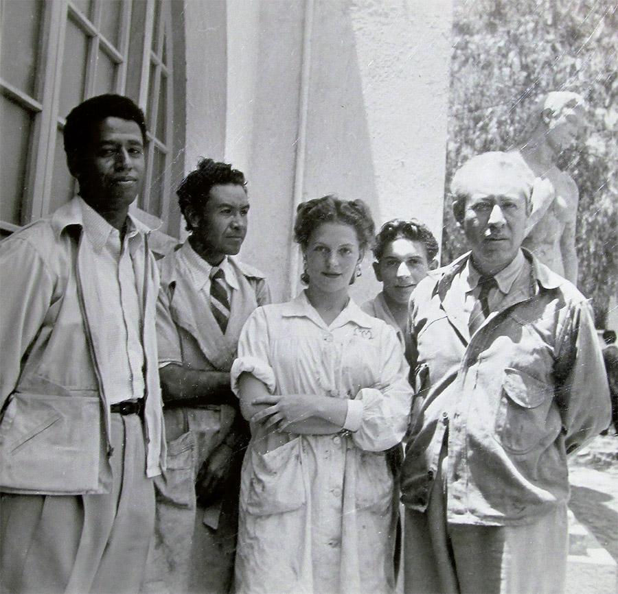 """Mary Martín con unos compañeros en la Escuela Nacional de Pintura, Escultura y Grabado """"La Esmeralda"""", ca. 1944-1949. Archivo de María Luisa Vázquez Martín, México."""