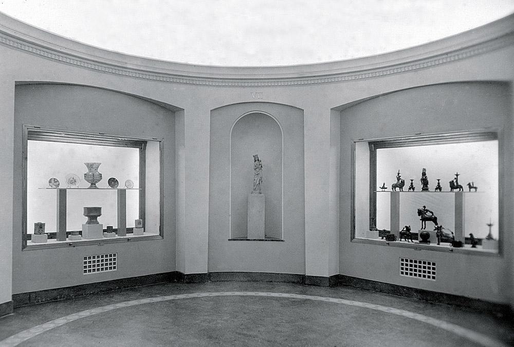 Antigua Sala VII del Museo Lázaro Galdiano con la instalación ideada por José Camón Aznar y Fernando Chueca Goitia, fotografía de 1951. En la actualidad, se corresponde con el espacio dedicado a tienda.