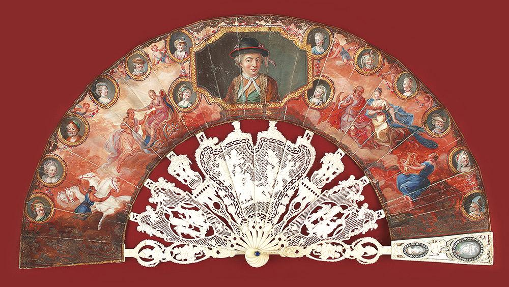 Los abanicos más suntuosos pueden presentar en las palas un espacio reservado para insertar retratos pintados en miniatura con frecuencia enmarcados con pequeños brillantes. Museo Lázaro Galdiano nº inv. 4329.