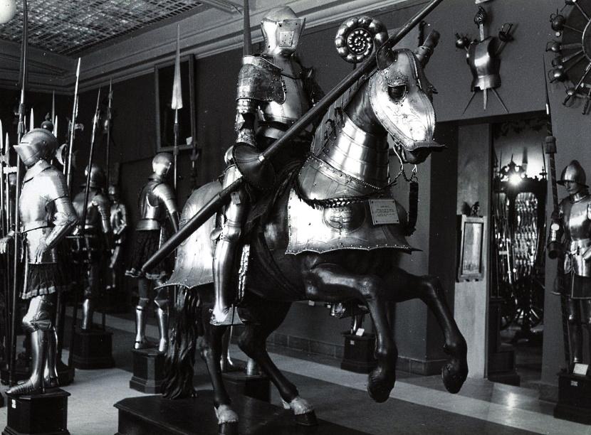 Fotografía de la armería del duque de Medinaceli en su palacio de Madrid, ca. 1900. Ministerio de Defensa, Museo del Ejército y Biblioteca (MUE-120515).