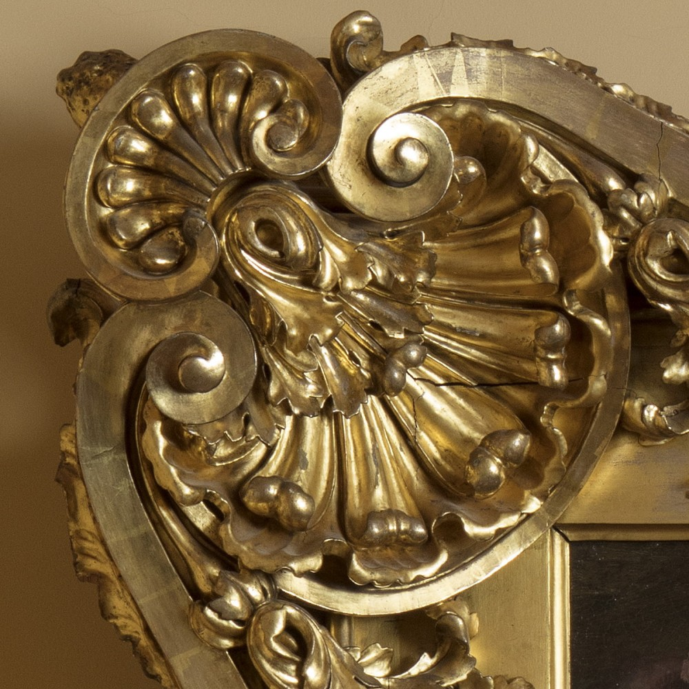"""Detalle del marco barroco (mediados del siglo XVIII) de madera tallada y dorada del """"Bautismo de Cristo""""(1550-1577) de Orazio Samacchini"""