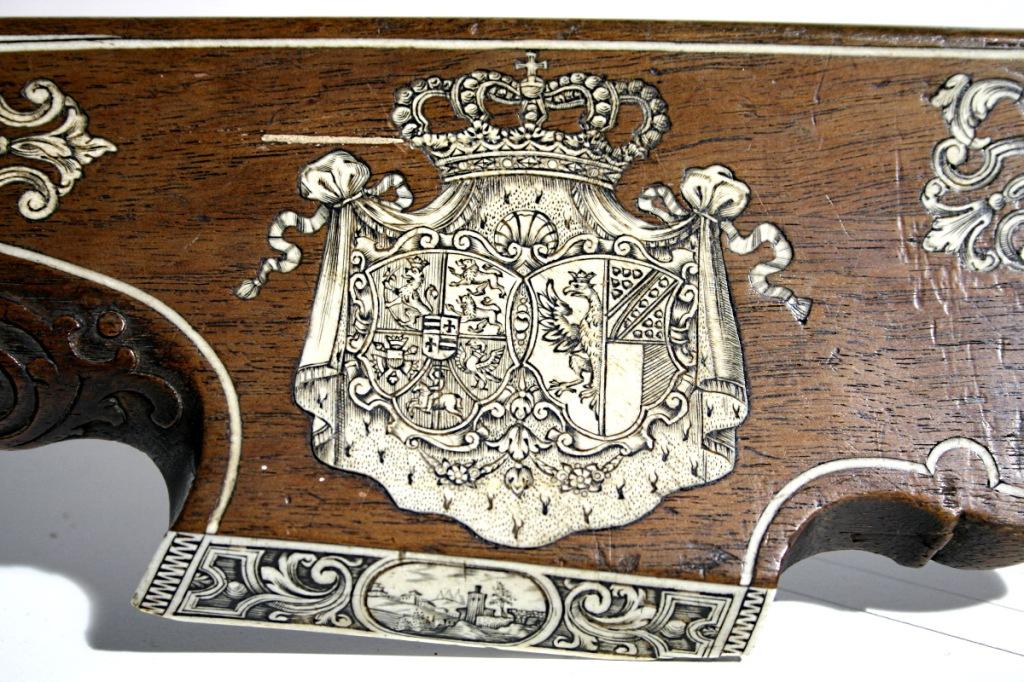 Detalle con el blasón del duque Karl Friedrich Holsteins-Gottorp, a la izquierda.
