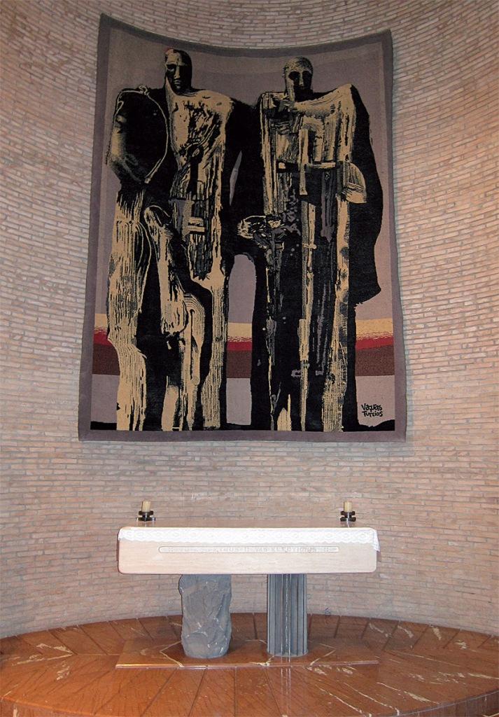 Joaquín Vaquero Turcios: tapiz de San Pedro y San Pablo, columnas de la Iglesia, 1967. Capilla de San Pedro y San Pablo en la Basílica del Amor Misericordioso, Collevalenza, Italia. (Foto: L. de la Calle Vian). © Joaquín Vaquero Turcios, VEGAP, Madrid, 2020.