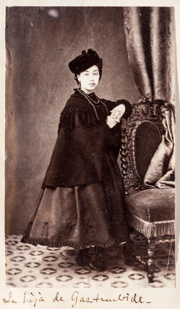Fotografía de Consuelo Gaztambide. En Fotografías recogidas por el pintor Manuel Castellano. Tomo 3. Biblioteca Nacional de España, Madrid.