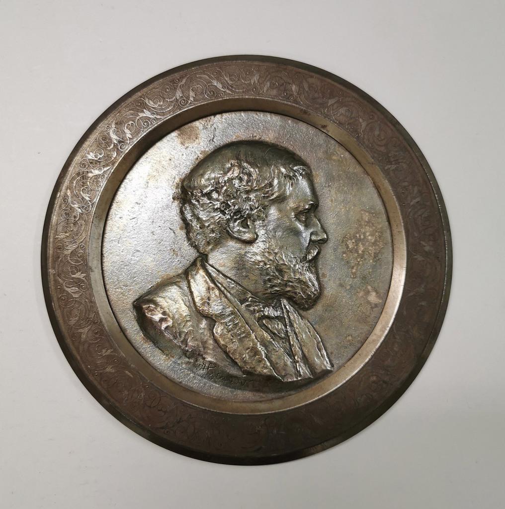 Fig. 3. Alfred Gauvin. Retrato de Philippe Burty, 1885. Bronce, acero y plata, 0,7 x 17,4 mm diámetro. Musée des Arts Décoratifs Paris. Inv. 1085